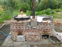 五右衛門風呂薪で沸かす本物です満天の星空を眺めながらの入浴は最高です(目隠有、屋内システムバス有)