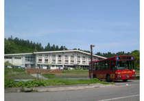 羽黒山中腹に建つ三角屋根の一軒宿 無料送迎バス運行中 前日の20時までにご予約ください。