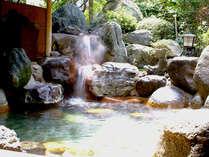 湧きでる玉造の湯が流れ落ちる露天風呂。夜は月の下で湯音を聴きながら朝は木もれ陽を肌で感じながら