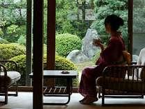 寛ぎの純和風のお部屋で日本庭園を眺めながら時の流れを忘れる至福のひと時です。