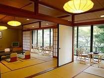 特別室・22.5畳の2間続き。四季、時間によって変わる玉湯川のせせらぎが一望できる広縁付の和室