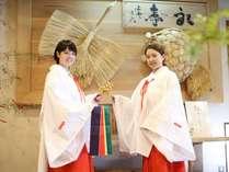 【巫女さん体験】縁起の良い鶴と亀の前で記念撮影はいかがですか?掛け声はモチロン、「縁結び♪」