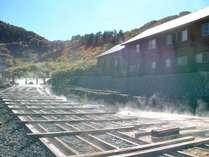 【湯樋(ゆどい)】源泉から流れ出たお湯が流れる樋です。