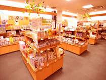 『売店』 お土産はもちろん、岩盤用品や湯華・浴用温泉水も取り扱っております。