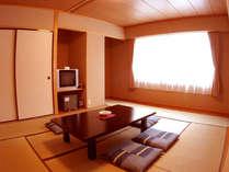 ゆったりくつろげる和室。窓を開けると四季折々の風景がお出迎え。