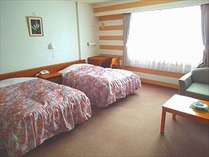 コネクトルーム室内は2部屋に分かれ、それぞれ寝室・テレビ・バス・トイレがございます。