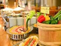 【夕食バイキング一例】地元の旬をお召し上がり下さい。