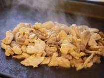 オープンキッチン一例)高級食材の「秋田比内地鶏」の鉄板焼き!脂の旨味が違います♪作りたてを毎日提供!