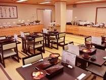 食事会場『木の葉』メイン料理には秋田牛&比内地鶏の陶板焼きが付きます