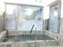 開放的な 露天感覚の石風呂