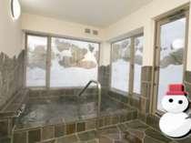 雪だるまと石の風呂雪景色を望む半露天風鉄平石のお風呂