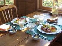 バランスの良い朝食です。時間に合わせて作りますので、あつあつをどうぞ。