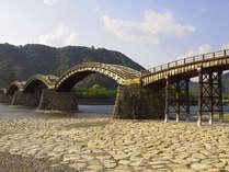 【錦帯橋】日本を代表する木造橋で、特異な姿の五連の反り橋が特徴(宿から車で30分)。