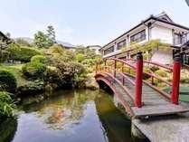 *日本庭園/四季折々の景観が望める庭園。夜はライトアップ。とってもロマンチックな装いに。
