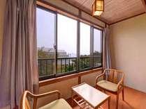 *和室(客室一例)/窓辺の椅子に腰かけて、心地よい風を感じながら旅情に浸るひと時を。