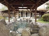屋根付きで雨の日も安心。露天岩風呂です。