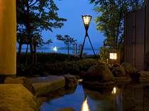 片山津温泉源泉が流し込まれている露天風呂からは美しい柴山潟が望めます。