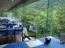 ガラス張りで解放感のある食堂(ご夕食・ご朝食)