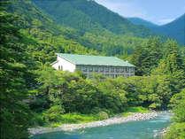 森と清流の館「水明荘」。客室や露天風呂、レストランからは利根川の流れ、その眺望は心を洗うようだ。