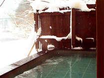 冬は、辺り一面真っ白の雪見風呂♪静寂の中に響く利根川のセセラギが癒しの空間を演出します。