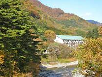 利根川を望む建物。色づく秋に囲まれて