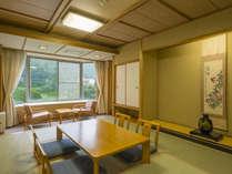 利根川を望む和室お部屋からは川を眺め山々はまるで絵画のように時間が止まったような静かな景色です。