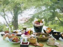 お食事はガラス張りの食堂で。四季の移り変わりを楽しみください。