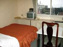 【ダブルルーム一例】清潔で使いやすい客室。ベッドは140cm幅ダブルベッドを使用。