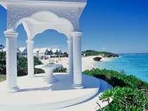 ギリシャをイメージしたウェディングステージ愛の塔からプライベートビーチを臨む