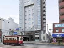 〈ホテル外観〉市電「五稜郭公園駅」目の前