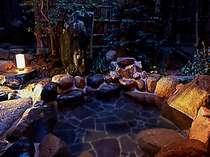 """庭園に囲まれた露天風呂付客室 """"さつき""""。源泉かけ流し。"""