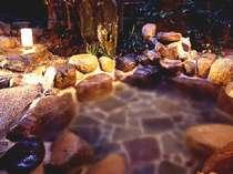 夜の庭園露天風呂。幻想的です(源泉かけ流しです さつきの間)。