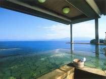 【9階・展望露天風呂】 女性用「うき雲の湯」、錦江湾の大海原の絶景をお楽しみいただけます。