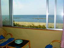 3階和室からの眺望/海を眺め、波の音を聴きながら静かにお過ごしいただけます。