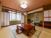 *3階和室10畳/海側のお部屋なので、夕方には日本海に沈む美しい夕日もご覧いただけます