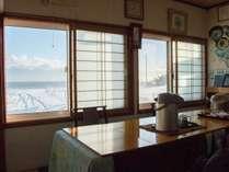 *食堂からは海が見えます。朝には食堂に光が差し込んで美しい海の景色が見られます。