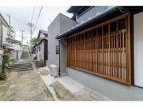 日本の懐かしい風景を思い起こす路地に、幅の広い格子を纏った京町家の宿「三昧庵」