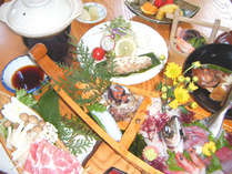 新鮮な魚介類の舟盛りや豚しゃぶなどボリュームたっぷりの夕食(イメージ)