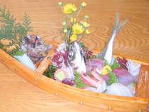 旬の魚介類を盛り込んだ豪快な舟盛り