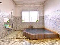 *温泉成分が濃い為、浴槽に色がつくほど…源泉かけ流しの良質な泉質で寛ぎのひと時をお過ごし下さい。