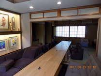 ラウンジは和室と繋がっているので多人数でも滞在可能です