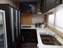 備え付けキッチンには料理道具などが完備されています