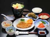 夕食全体の一例。自家製野菜や地元の食材を使った、家庭料理がならびます。