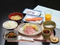 朝食全体の一例。自家栽培のお米を使った身体にやさしい和朝食