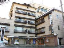 小野川温泉メインストリートのちょうど真ん中に位置する4階建。展望露天風呂からは温泉街を見下ろせます♪