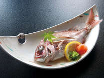 〔鯛の骨蒸し〕めでたいお席には欠かせない鯛料理。大好評の当館のお食事をぜひお楽しみください