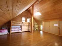 *【部屋】2階部分に就寝スペースがございます。