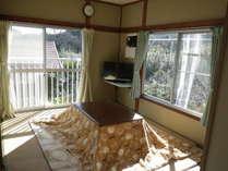 たかちほ棟和室です。冬はコタツ、ホットカーペット、ファンヒーターがあるので暖かですよ♪