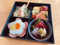 【日高路コラボプラン】夕食は静内の名店『お料理あま屋』おまかせ松花堂弁当をお部屋にお届けします♪