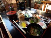 温かい朝食は、いかがですか。ご飯のおかわりは自由です。(600円)
